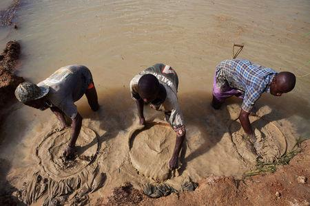 FILE PHOTO: Artisanal miners pan for diamonds, which fuelled the 1991-2002 civil war, in the town of Koidu in eastern Sierra Leone April 21, 2012. REUTERS/Finbarr O'Reilly/File Photo