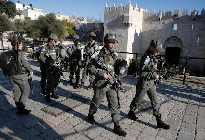 Israeli border police patrol a street following an attack by three Palestinian assailants at Damascus Gate in Jerusalem's Old City on February 3, 2016 (AFP Photo/Ahmad Gharabli)