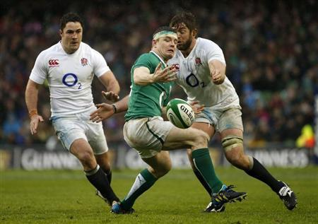 Ireland's Brian O' Driscoll (C) spills the ball as England's Brad Barritt (L) and Geoff Parling close in during their Six Nations rugby match at the Aviva Stadium in Dublin February 10, 2013. REUTERS/Eddie Keogh