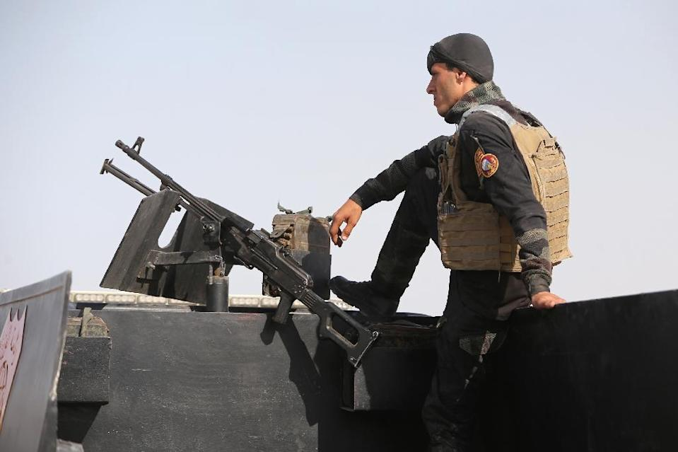 A member of the Iraqi interior ministry's anti-terrorism forces stands guard on a vehicle outside the Habaniyah military base, near Anbar province's capital Ramadi, on May 8, 2015 (AFP Photo/Ahmad Al-Rubaye)