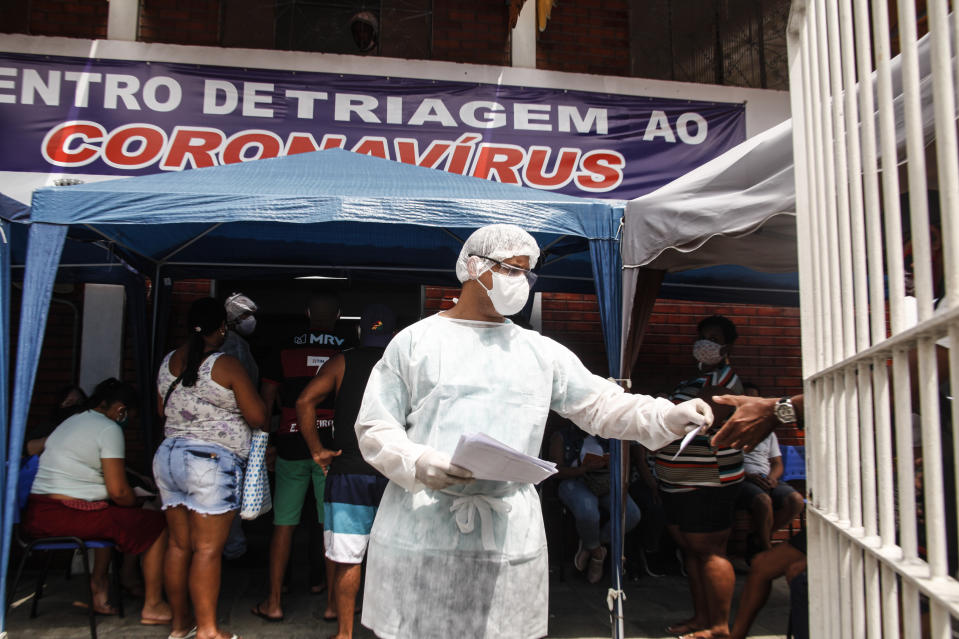 SÃO GONCALO, BRAZIL - NOVEMBER 25: Huge queues form in search of quick tests for COVID-19 at the Coronavirus testing center on November 25, 2020 in São Gonçalo, Brazil. The Metropolitan Region of São Gonçalo in Rio de Janeiro, increase in cases of COVID-19, with beds reaching 100% of ocupation. The population is under test in the screening centers spreading throughout the city. (Photo by Luis Alvarenga/Getty Images)