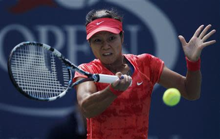 Li Na of China hits a return to Laura Robson of Britain at the U.S. Open tennis championships in New York August 30, 2013. REUTERS/Eduardo Munoz