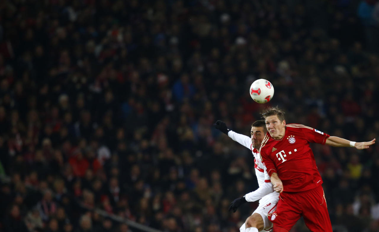 Bastian Schweinsteiger (R) of Bayern Munich challenges Vedad Ibisevic of VfB Stuttgart during their German first division Bundesliga soccer match in Stuttgart, January 27, 2013.   REUTERS/Kai Pfaffenbach (GERMANY - Tags: SPORT SOCCER) DFL RULES TO LIMIT THE ONLINE USAGE DURING MATCH TIME TO 15 PICTURES PER GAME. IMAGE SEQUENCES TO SIMULATE VIDEO IS NOT ALLOWED AT ANY TIME. FOR FURTHER QUERIES PLEASE CONTACT DFL DIRECTLY AT   49 69 650050 - RTR3D1RW