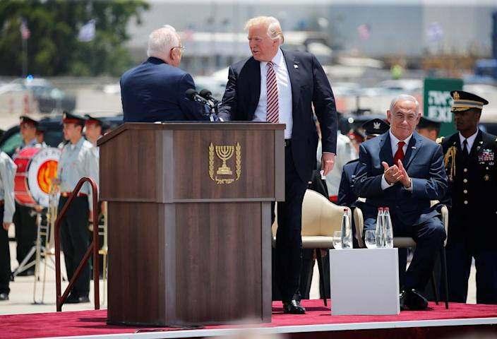 <p>U.S. President Donald Trump (C) shakes hands with Israel's President Reuven Rivlin as Israel's Prime Minister Benjamin Netanyahu ( R) claps hands during a welcoming ceremony to welcome Trump at Ben Gurion International Airport in Lod near Tel Aviv, Israel May 22, 2017. (Photo: Jonathan Ernst/Reuters) </p>