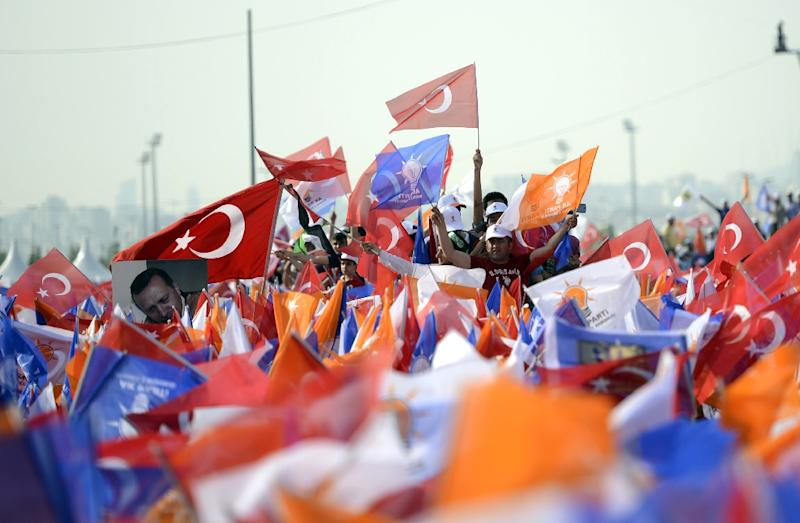 Supporters gather to listen to a speech by Turkish Prime Minister Ahmet Davutoglu during a rally for the AKP party in Istanbul, on May 17, 2015 (AFP Photo/Bulent Kilic)