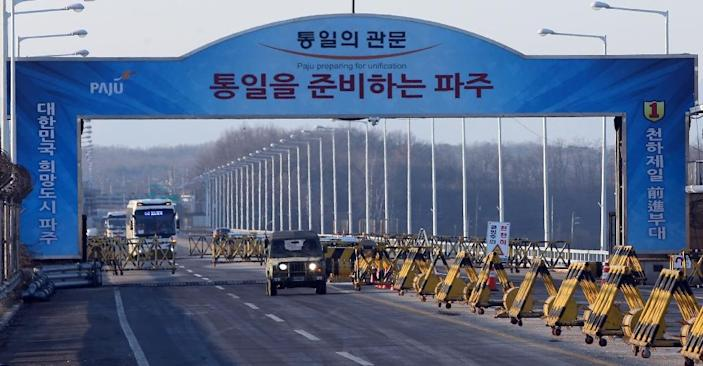 Vehicles cross the Tongil bridge leading away from the Kaesong joint industrial area and the Demilitarized Zone (DMZ) between the two Koreas, in Paju, on February 10, 2016 (AFP Photo/Yonhap)