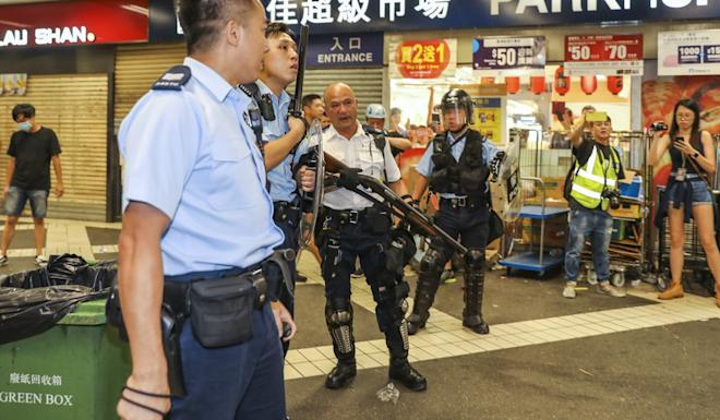 A police officer drew his Remington shotgun, loaded with beanbag rounds, when Kwai Chung Police Station was besieged. Photo: K.Y. Cheng