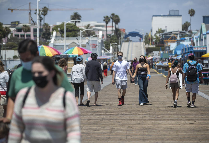Passanten auf dem Santa Monica Pier in L.A. County (Bild: Mel Melcon/Los Angeles Times via Getty Images)