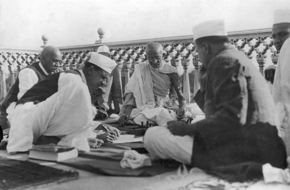 INDIA - JANUARY 22: Indian nationalist leader Mahatma GANDHI dictating his terms of peace with Great Britain to his secretary for transmission to Lord IRWIN, while other nationalist leaders look on in Delhi on March the 13th 1931. (Photo by Keystone-France/Gamma-Keystone via Getty Images)
