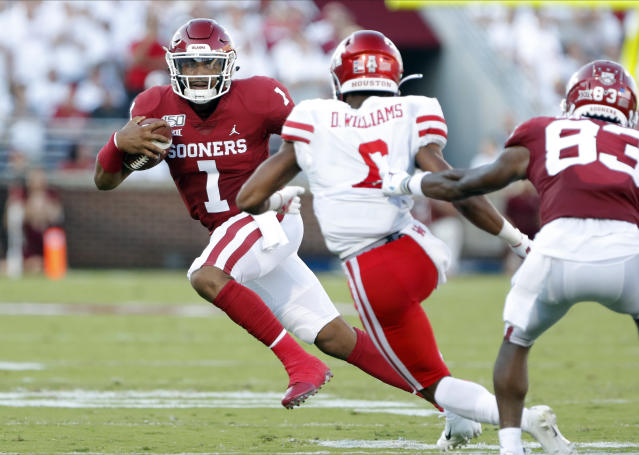 "Oklahoma quarterback <a class=""link rapid-noclick-resp"" href=""/ncaaf/players/264323/"" data-ylk=""slk:Jalen Hurts"">Jalen Hurts</a> (1) runs the ball against Houston in the first half on Sunday. (AP)"