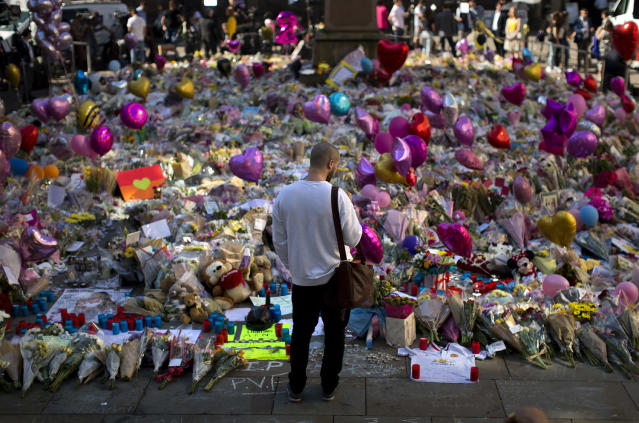 <p>A man surveys flowers and other offerings for the victims of Monday's bombing at St Ann's Square in central Manchester, England, May 26, 2017. (Photo: Emilio Morenatti/AP) </p>