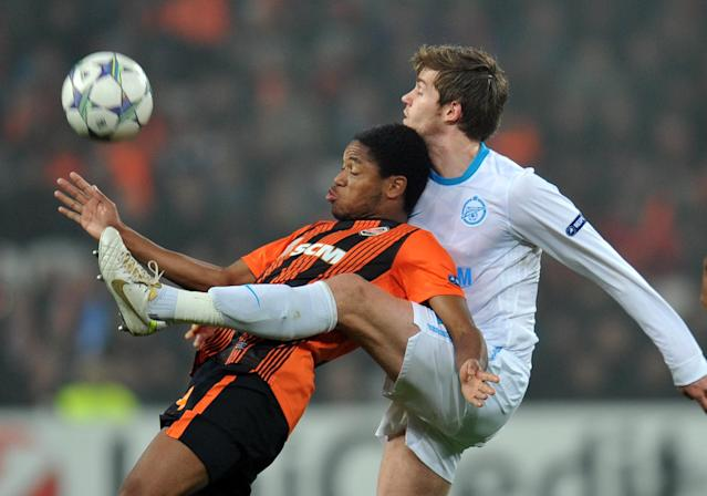 Willian (L) and Fernandinho of FC Shakhtar fight for a ball with Aleksandr Nicolas Lombaerts (C ) of FC Zenit St Petersburg during UEFA Champions League, Group G football match in Donetsk on October 19, 2011. The match ended 2:2. AFP PHOTO/ SERGEI SUPINSKY (Photo credit should read SERGEI SUPINSKY/AFP/Getty Images)