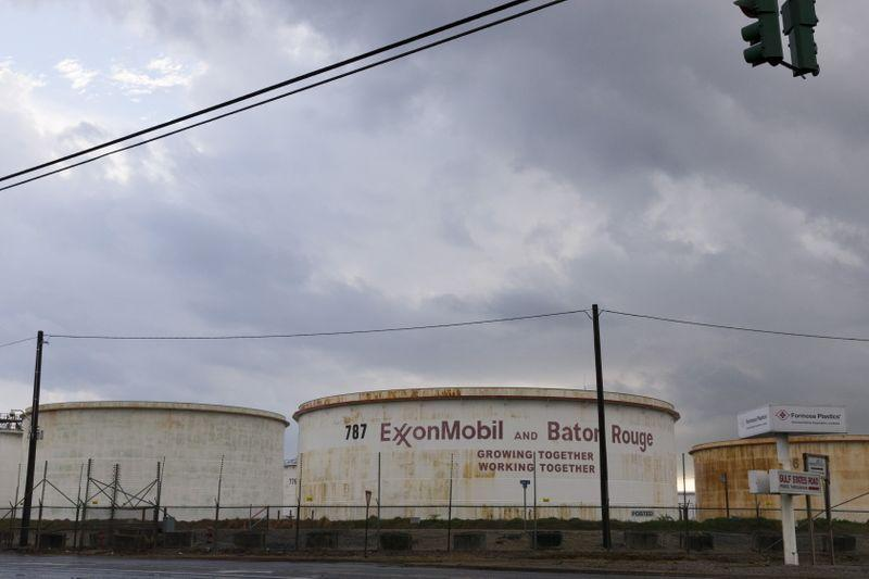 Oil majors ditch third party crude trading, focus on own volumes in flooded market