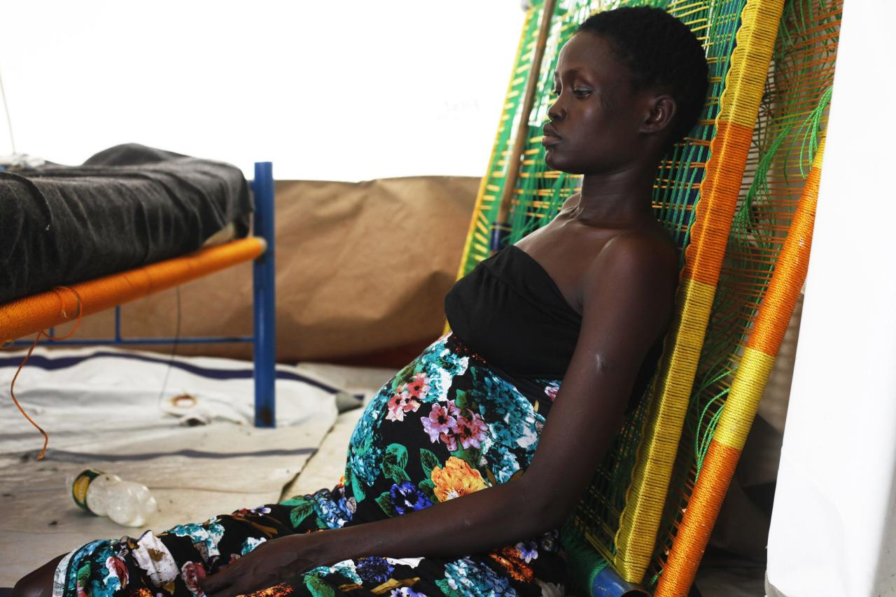A pregnant woman sits on the floor at a hospital in Minakaman, Lakes State, June 26, 2014. About 94,000 people have sought refuge in Minkaman after fighting broke out in neighbouring states, according to the International Organization for Migration. REUTERS/Andreea Campeanu (SOUTH SUDAN - Tags: CIVIL UNREST SOCIETY HEALTH)