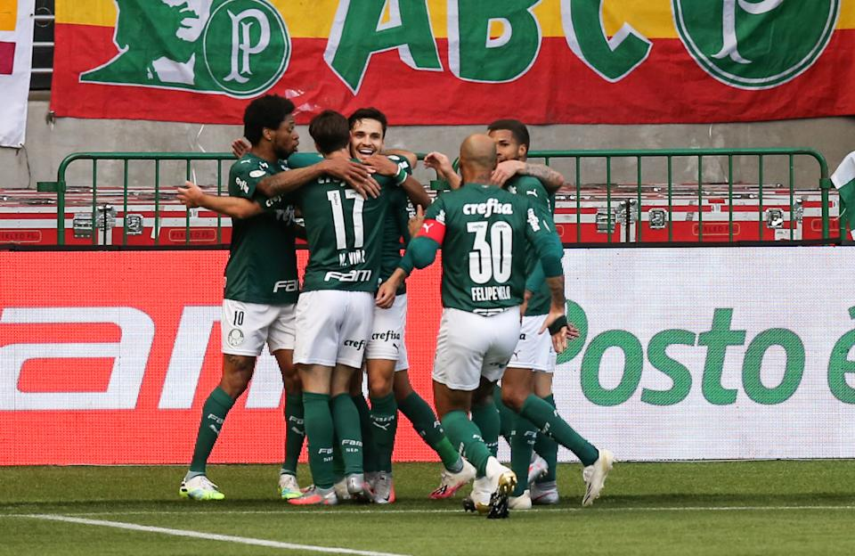 SAO PAULO, BRAZIL - NOVEMBER 02: Raphael Veiga #23 of Palmeiras celebrates with his team mates the first goal of their team during the match against Atletico MG as part of Brasileirao Series A 2020 at Allianz Parque on November 02, 2020 in Sao Paulo, Brazil. (Photo by Alexandre Schneider/Getty Images)