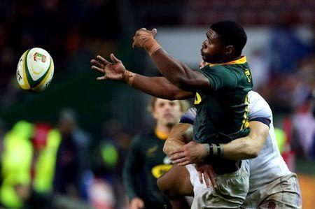 Rugby Union - Third Test International - South Africa v England - Newlands Stadium, Cape Town, South Africa - June 23, 2018. South Africa's Warrick Gelant passes during their game against England. REUTERS/Mike Hutchings TPX IMAGES OF THE DAY
