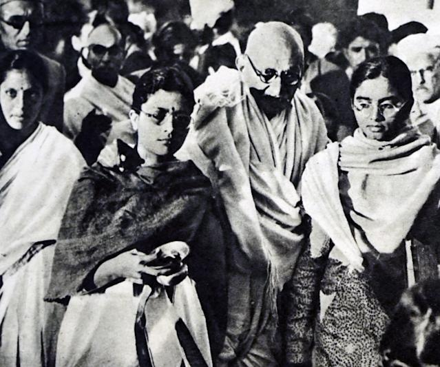 Photograph of Mahatma Gandhi being supported by his Granddaughters. Mahatma Gandhi (1869-1948) leader of the Indian Independence movement in British-ruled India. Dated 20th Century. (Photo by: Universal History Archive/Universal Images Group via Getty Images)