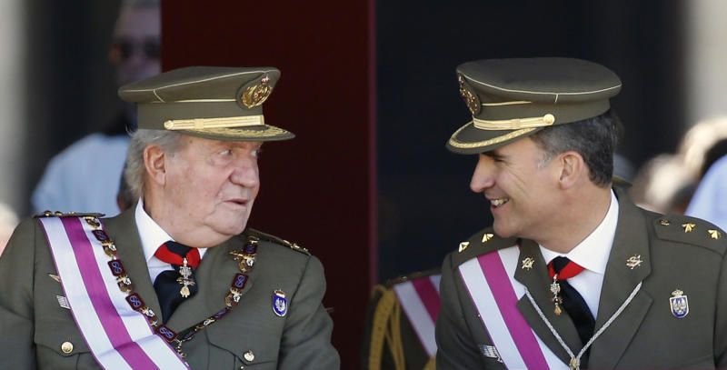 Spain's Crown Prince Felipe smiles next to his father King Juan Carlos (L) as they attend a ceremony marking the bicentennial of the creation of the order of Saint Hermenegildo at the Monastery of San Lorenzo de El Escorial, outside Madrid June 3, 2014. The king said on Monday he would abdicate in favour of his son Prince Felipe, aiming to revive the scandal-hit monarchy at a time of economic hardship and growing discontent with the wider political elite. REUTERS/Sergio Perez (SPAIN - Tags: ROYALS POLITICS TPX IMAGES OF THE DAY)