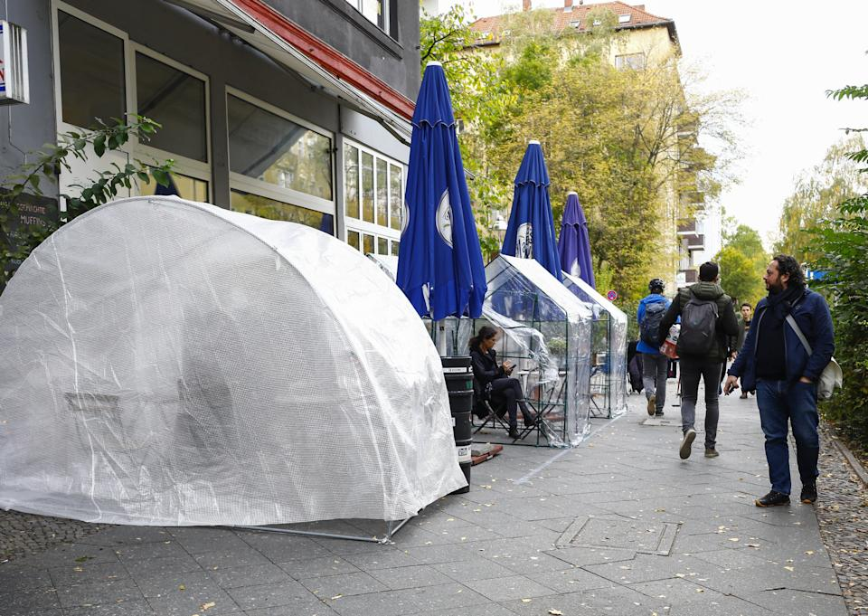 BERLIN, GERMANY - OCTOBER 24: Social distancing bubble tents are set up at the Cafe Tirree in Moabit neighborhood of Berlin, Germany on October 24, 2020. Transparent bubble tents are set up by owner of Cafe Tirree, Stefan Tirree for customers during autumn and winter seasons. Restaurant and cafe owners develop new methods to protect their customers from the novel coronavirus (COVID-19) pandemic. (Photo by Abdulhamid Hosbas/Anadolu Agency via Getty Images)