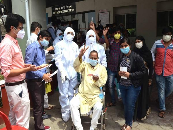 Patients coming out of hospital in Bhopal after recovering from COVID-19 on June 1. (Photo/ANI)