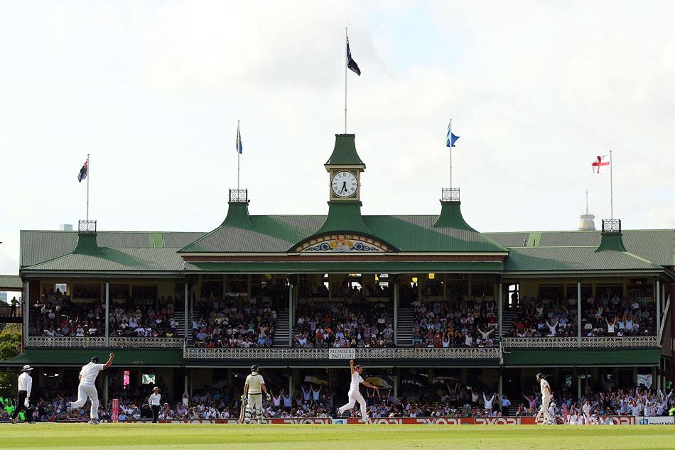 SYDNEY, AUSTRALIA - JANUARY 06:  A general view of the Member's Pavilion as Chris Tremlett of England celebrates after dismissing Mitchell Johnson of Australia during day four of the Fifth Ashes Test match between Australia and England at Sydney Cricket Ground on January 6, 2011 in Sydney, Australia.  (Photo by Cameron Spencer/Getty Images) *** Local Caption *** James Anderson;Mitchell Johnson;Jonathan Trott;Ian Bell