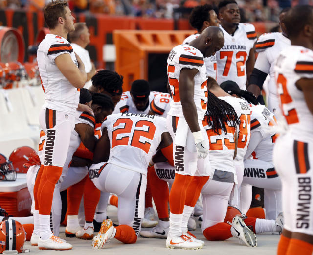 "Members of the <a class=""link rapid-noclick-resp"" href=""/nfl/teams/cle/"" data-ylk=""slk:Cleveland Browns"">Cleveland Browns</a> kneel during the national anthem before a preseason game against the Giants. (AP)"