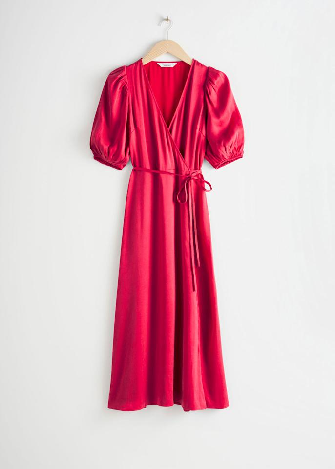 "<p>Prix : 99 euros</p><br/><a target=""_blank"" href=""https://www.stories.com/en_eur/clothing/dresses/maxi-dresses/product.puff-sleeve-maxi-wrap-dress-red.0803852002.html"">Acheter</a>"