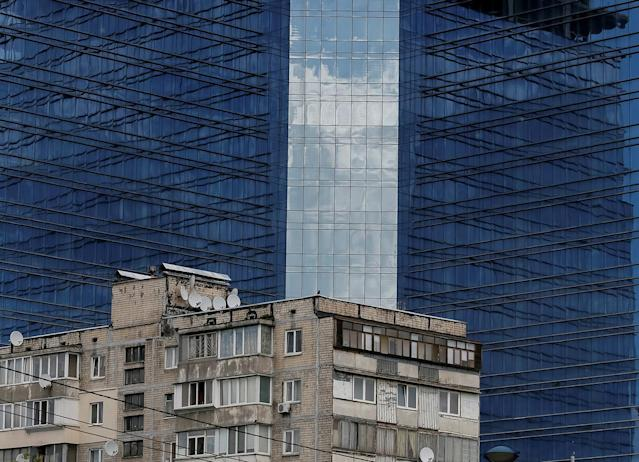 <p>An old apartment block is seen in front of a business centre under construction in Kiev, Ukraine, May 23, 2017. (Photo: Gleb Garanich/Reuters) </p>