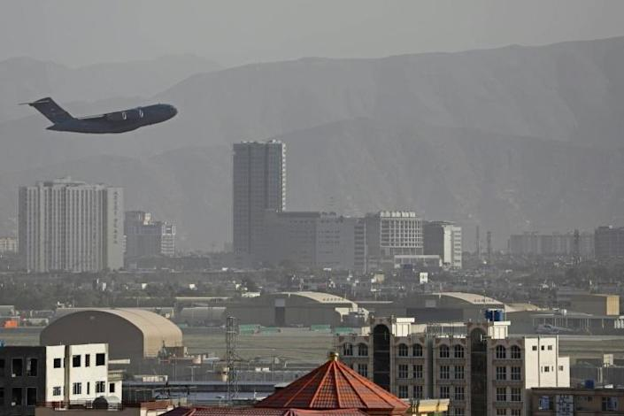 A US air force transport takes off from Kabul airport as the evacuation of tens of thousands continues despite an Islamic State suicide bombing that killed scores (AFP/-)
