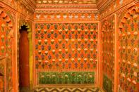 This hall has a luxuriant interior with large chandeliers. Weapons of the maharanas and some of their portraits are depicted here. The foundation stone for this hall was laid by Lord Minto, the Viceroy of India, in 1909, during the rule of Maharana Fateh Singh and was then called Minto Hall.