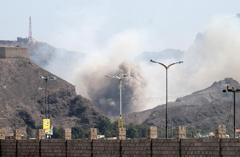 Smoke billows from the site of an explosion that hit an arms depot in Yemen's second city of Aden on March 28, 2015 (AFP Photo/Saleh Al-Obeidi)