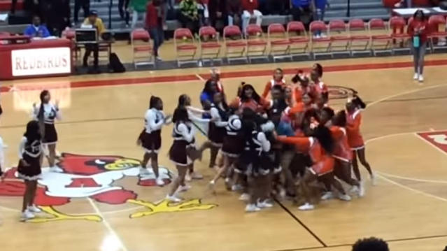 Cheerleaders de los institutos East St Louis y Trinity Catholic enzarzándose en una pelea. Foto: YouTube - City of Champions TV.