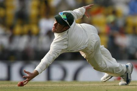 South Africa's AB de Villiers makes an unsuccessful catch on the fourth day of their first test cricket match against India in Nagpur February 9, 2010. REUTERS/Arko Datta
