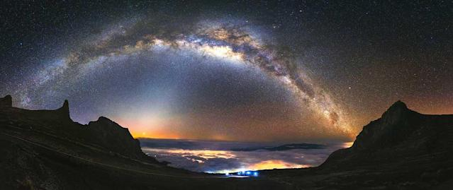 <p>The Milky Way over Mount Kinabalu in Malaysia. (Photo: Grey Chow/Caters News) </p>