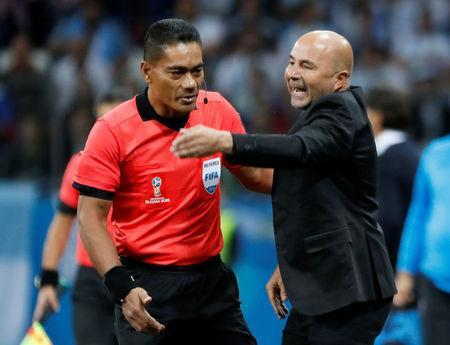 Soccer Football - World Cup - Group D - Argentina vs Croatia - Nizhny Novgorod Stadium, Nizhny Novgorod, Russia - June 21, 2018 Argentina coach Jorge Sampaoli talks with referee REUTERS/Murad Sezer