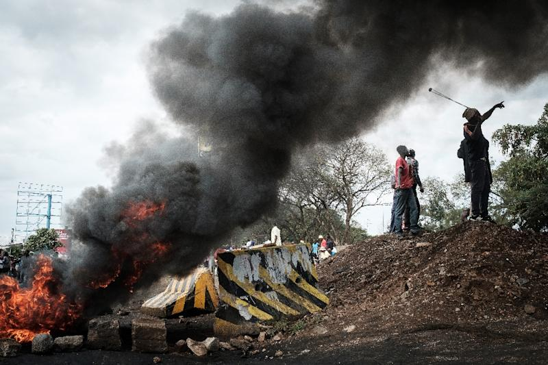 Opposition supporters block streets and burn tires during a protest in Kisumu, Kenya (AFP Photo/YASUYOSHI CHIBA)