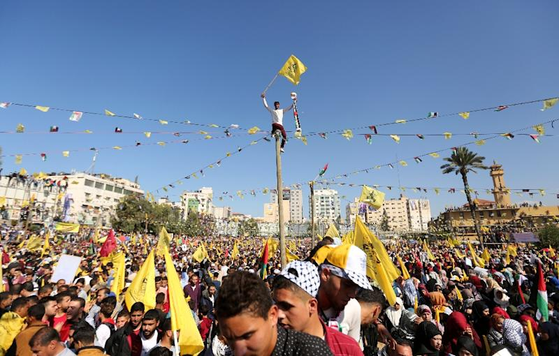 Thousands of Fatah supporters mark the anniversary of the death of Palestinian leader Yasser Arafat with a rally in Hamas-ruled Gaza on November 11, 2017 that was billed as a show of unity after a now abandoned reconciliation deal between the rivals (AFP Photo/MAHMUD HAMS)