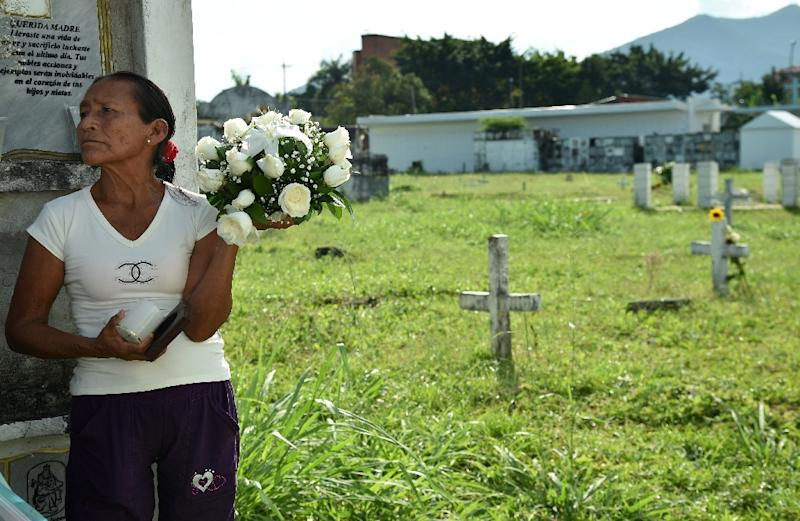 A relative of a victim of the armed conflict in Colombia waits to bury the remains of her loved one in the central cemetery of Villavicencio on December 17, 2015 (AFP Photo/Guillermo Legaria)