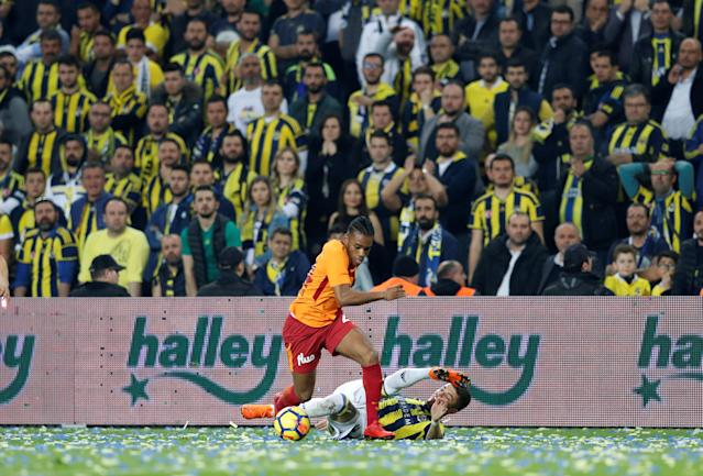 Soccer Football - Turkish Super League - Fenerbahce S.K vs Galatasaray - Sukru Saracoglu Stadium, Istanbul, Turkey - March 17, 2018 Galatasaray's Garry Rodrigues in action with Fenerbahce's Roman Neustadter REUTERS/Murad Sezer