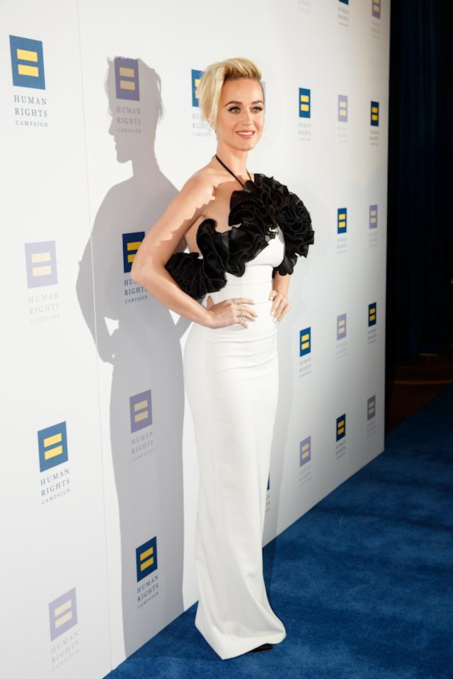<p>Katy softened her shorter do with a dramatic white ruffled gown.<br /><i>[Photo: Getty]</i> </p>