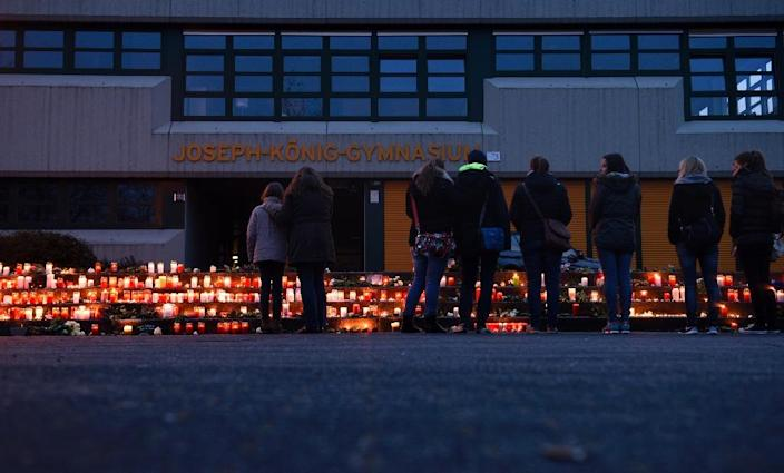 Students and well-wishers gather at a memorial of flowers and candles in front of the Joseph Koenig Gymnasium secondary school in Haltern am See, western Germany, on March 24, 2015 (AFP Photo/Sascha Schuermann)