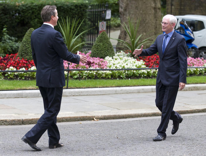 British Prime Minister David Cameron (L) greets President of the European Council, Herman Van Rompuy outside 10 Downing Street, in central London on June 23, 2014 (AFP Photo/Justin Tallis)
