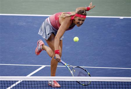 Victoria Azarenka of Belarus hits a return to Serena Williams of the U.S. during their women's singles final match at the U.S. Open tennis championships in New York September 8, 2013. REUTERS/Ray Stubblebine