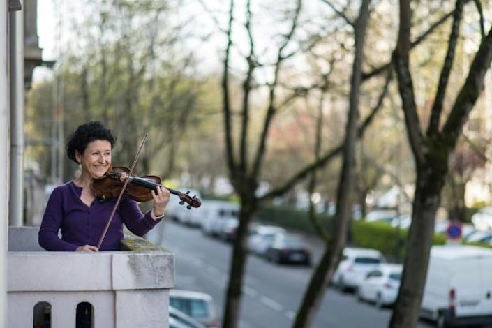 Violinist Jessy Koch is one of those performing from her balcony under the French lockdown (AFP Photo/SEBASTIEN BOZON)
