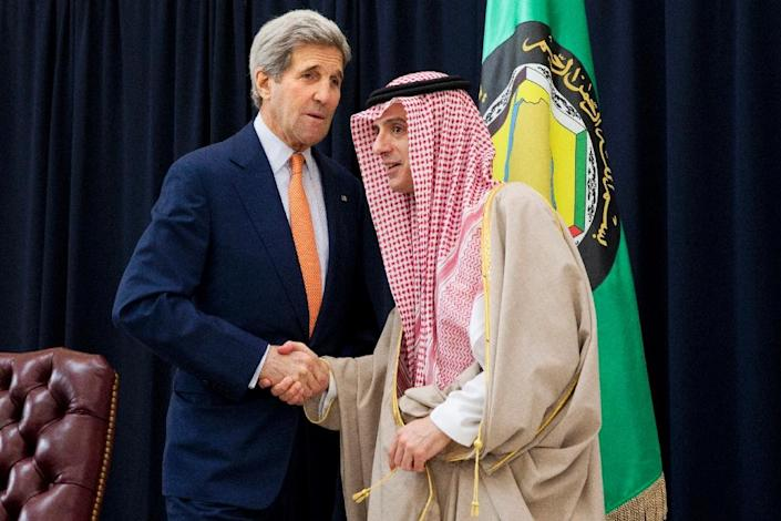 Saudi Foreign Minister Adel al-Jubeir (R) shakes hands with US Secretary of State John Kerry on January 23, 2016 in Riyadh (AFP Photo/Jacquelyn Martin)