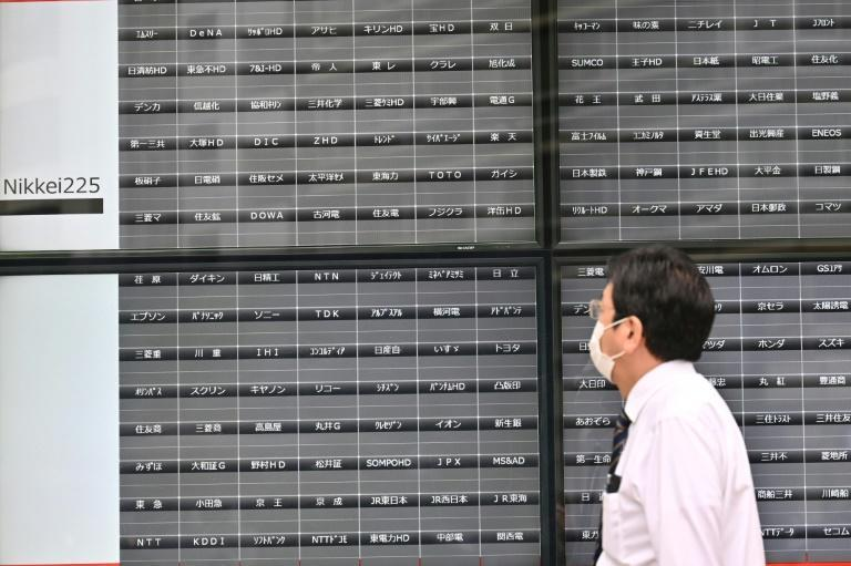 Trading in most of Japan's stock markets has been halted owing to a glitch, limiting business in the region as several other markets are closed