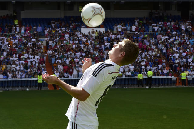 Real Madrid's German midifielder Toni Kroos controls the ball during his presentation at the Santiago Bernabeu stadium in Madrid July 17, 2014 (AFP Photo/Javier Soriano )