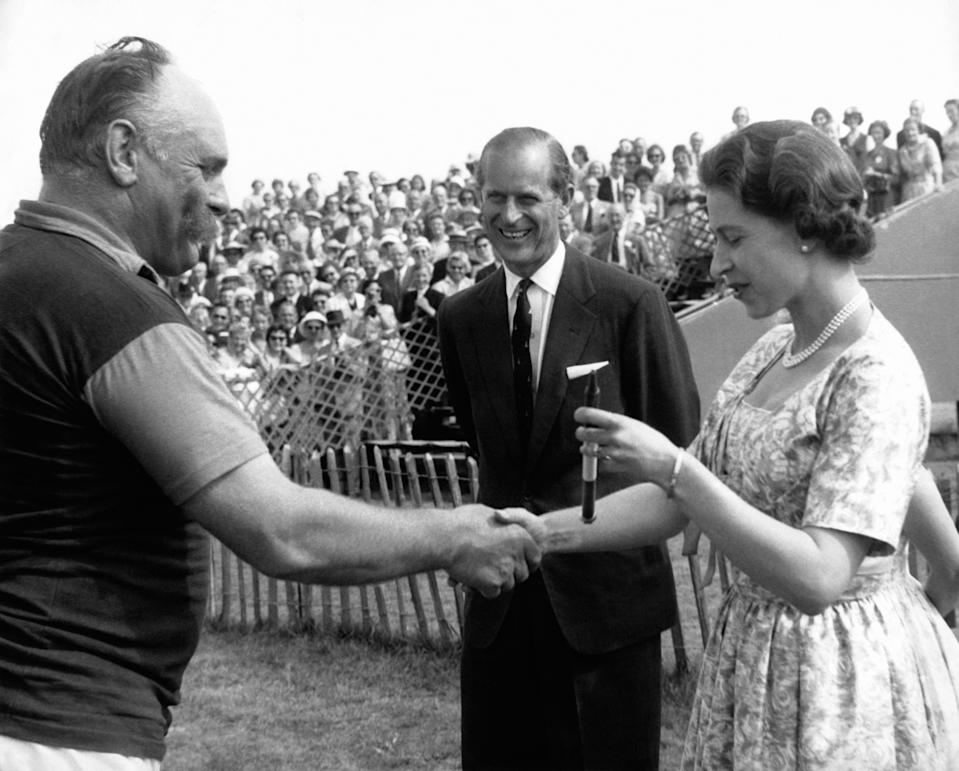 WINDSOR, ROYAUME-UNI - 20 JUIN: La reine Elizabeth remet un stylo en guise de lot de consolation au joueur de polo Jimmy Edwards apres la defaite de son equipe et lui serre la main sans gants, contrairement au protocole, le 20 juin 1960 a Windsor, Royaume-Uni.  (Photo by Keystone-France\Gamma-Rapho via Getty Images)