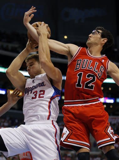 Los Angeles Clippers' Blake Griffin, left, gets a rebound against Chicago Bulls' Kirk Hinrich in the first half of an NBA basketball game in Los Angeles, Saturday, Nov. 17, 2012. (AP Photo/Jae C. Hong)