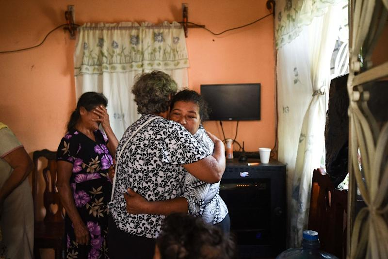 Relatives and friends mourn Mexican journalist Candido Rios on August 23, 2017. Rios, who was under government protection was shot dead in the violent state of Veracruz (AFP Photo/VICTORIA RAZO)